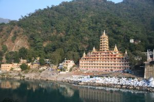 A_temple_on_the_east_banks_of_Ganges,_Rishikesh